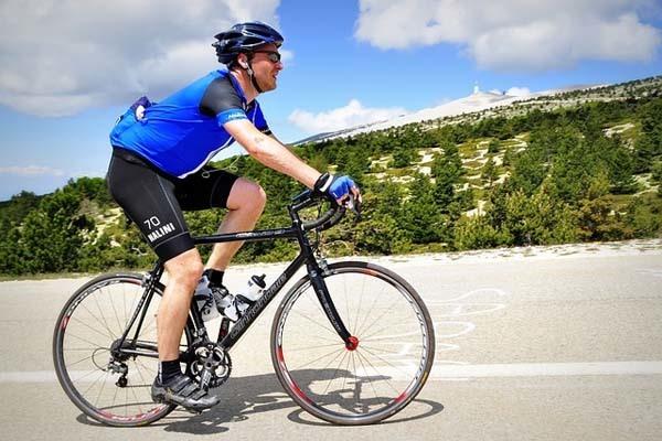 ciclista-ascenciendo-puerto