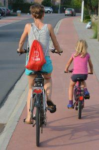 dos-chicas-en-bicicleta