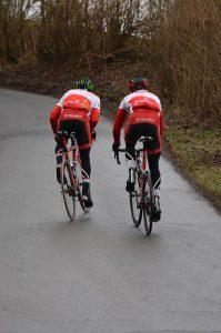 dos-ciclistas-subiendo