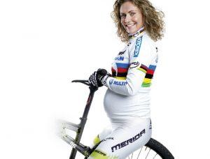 chica-embarazada-en-bicicleta